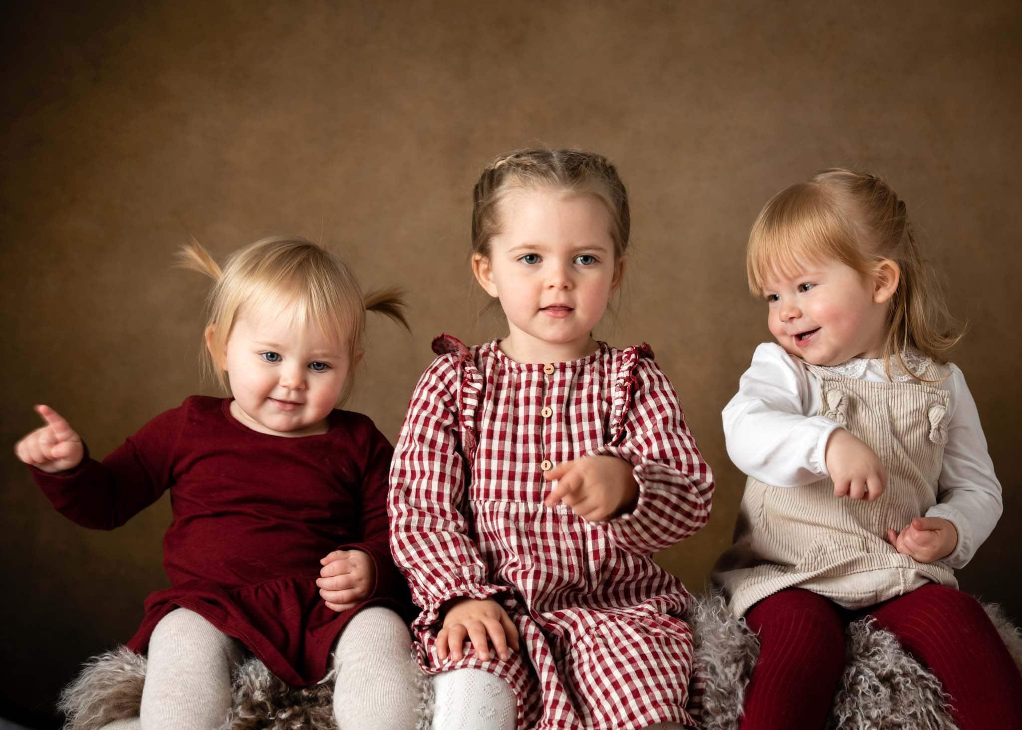 Julfoto i studio - kusiner sjunger