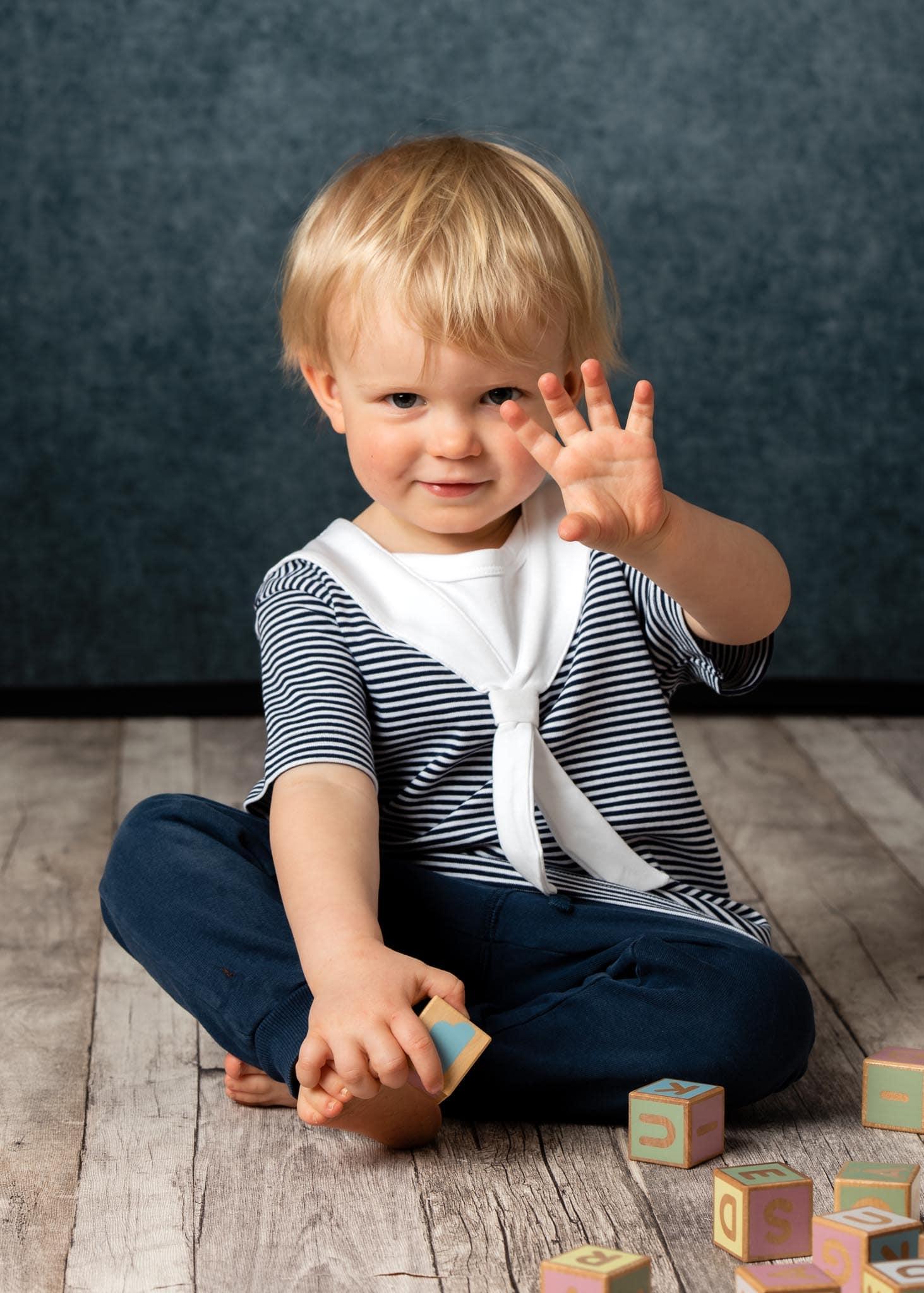 Barnfoto 2 årskort leker med klossar