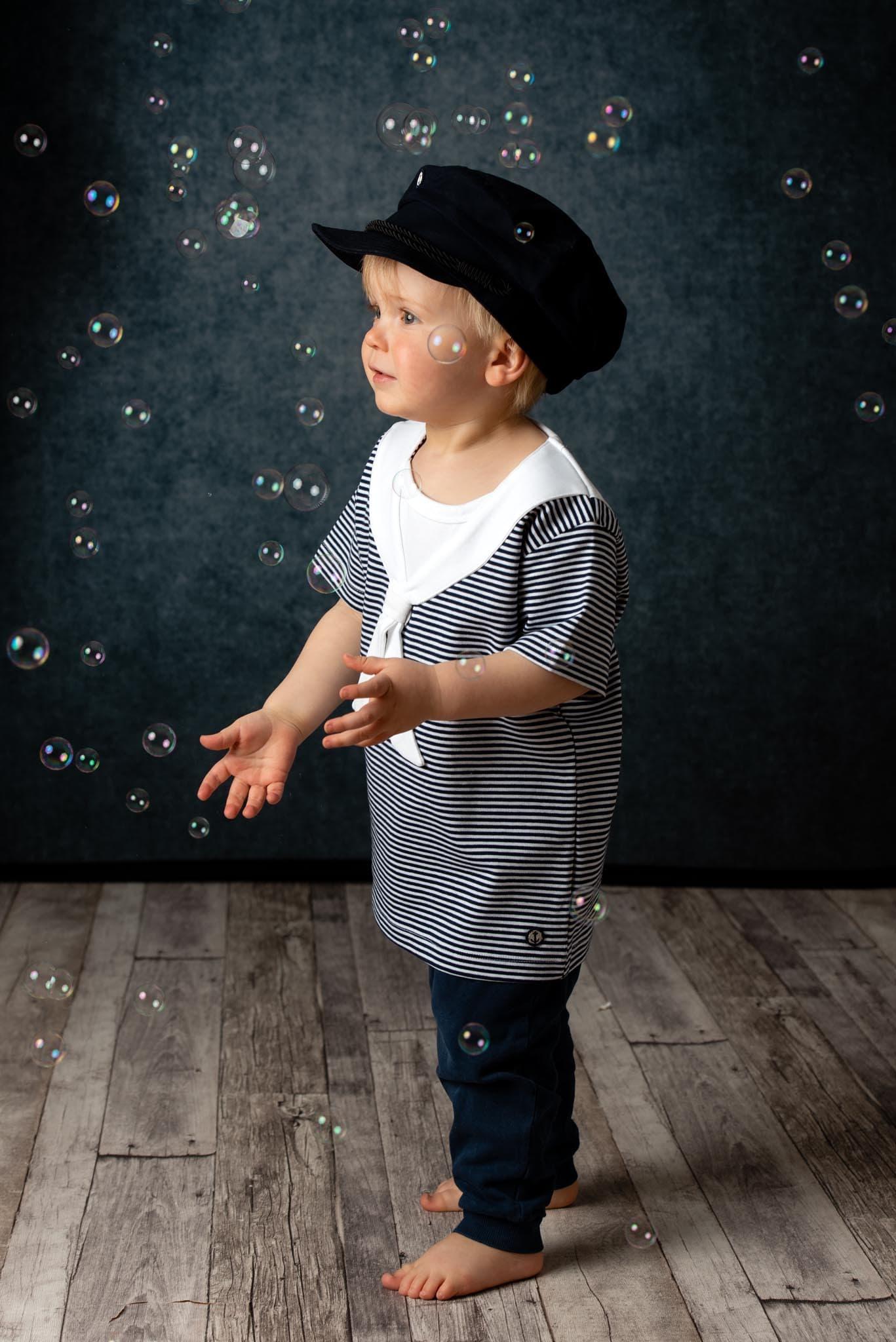 Barnfoto 2 årskort med såpbubblor