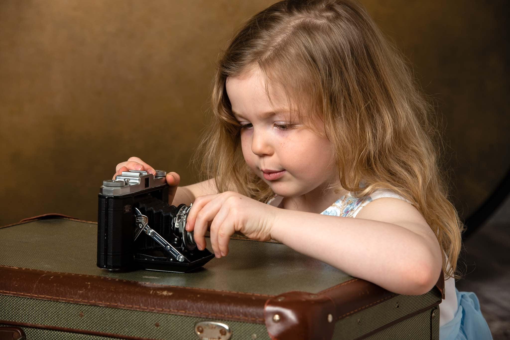 Studiofoto barn 5 år med kamera