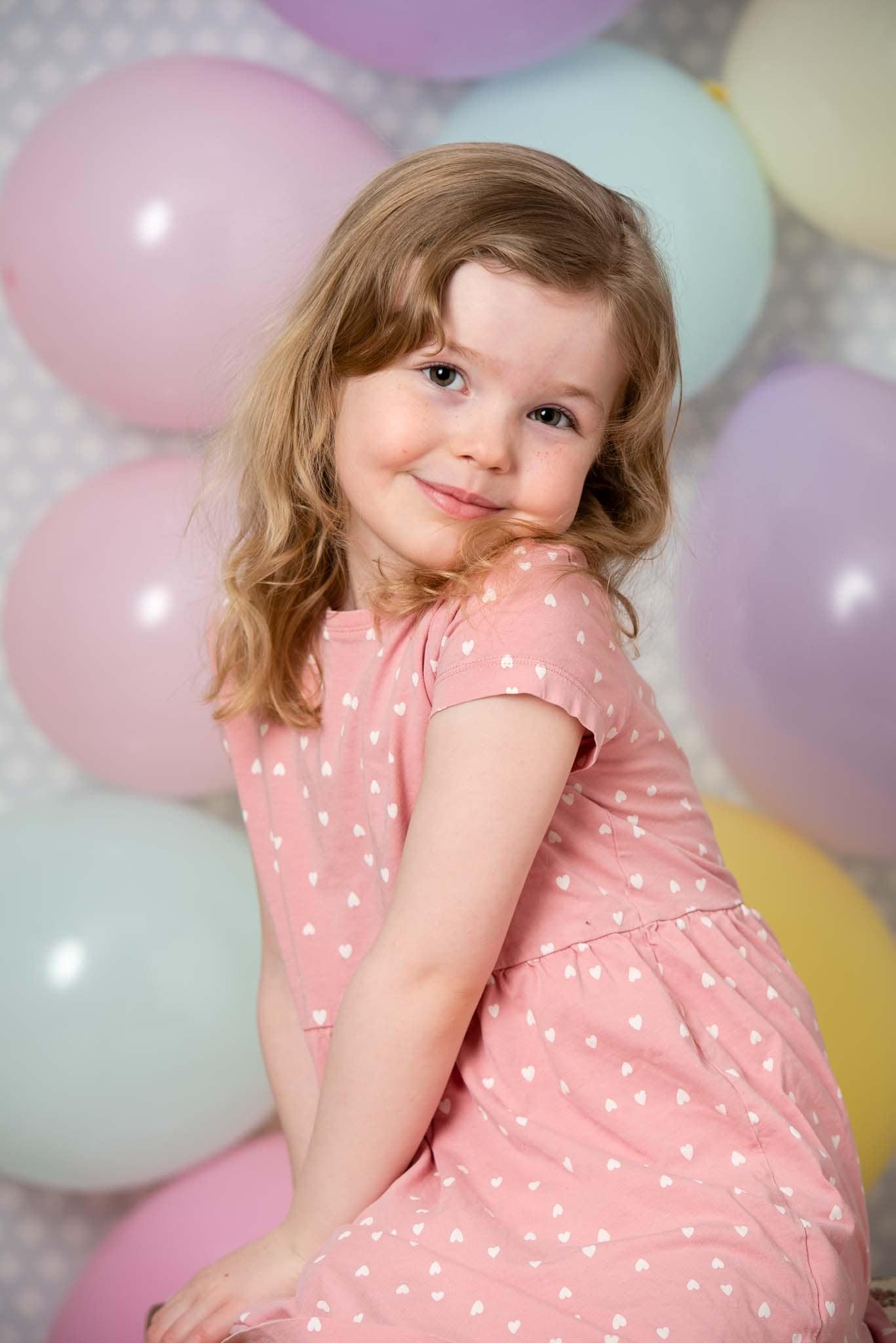 Studiofoto barn 5 år  med ballonger