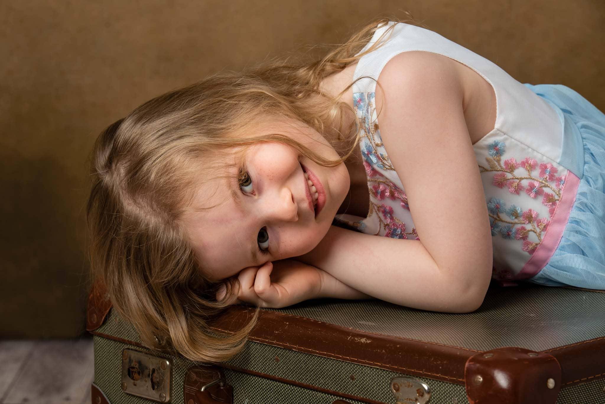Studiofoto barn 5 år med resväskor